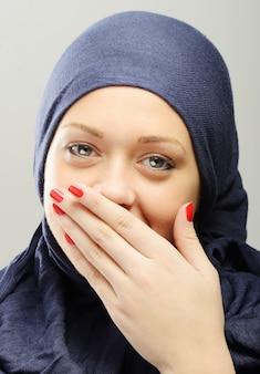 Retrato de mujer hermosa árabe joven