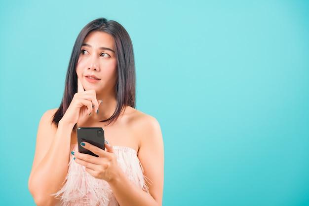 Retrato mujer hermosa asiática con teléfono móvil