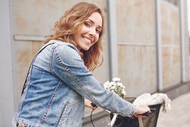 Retrato de mujer hermosa con bicicleta