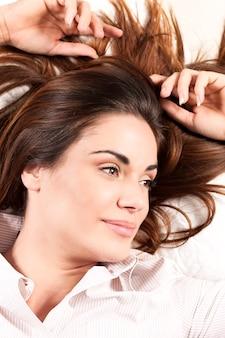 Retrato de mujer hermosa con cabello largo sano