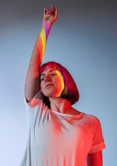Retrato de mujer hermosa con cabello rosado y símbolo lgbt