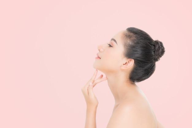 Retrato de mujer hermosa, cuidado de la piel o concepto de belleza