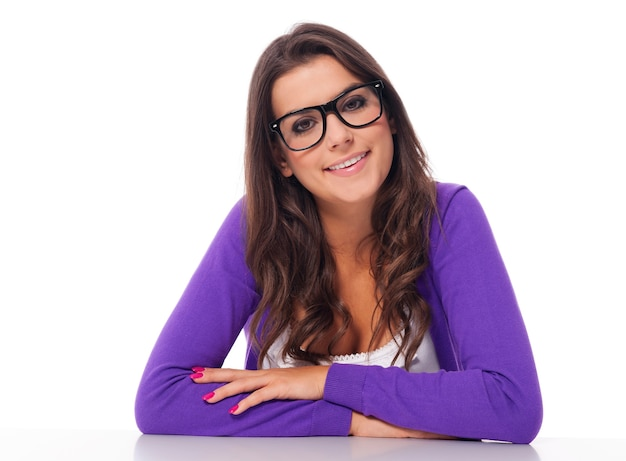 Retrato de mujer hermosa con gafas de moda