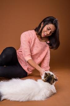 Retrato de mujer hermosa con gato mascota