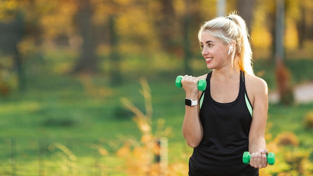 Retrato de mujer hermosa haciendo fitness