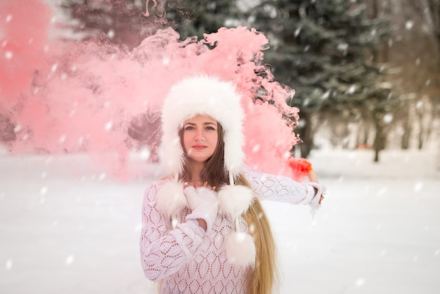 Retrato de mujer hermosa con humo rojo alrededor