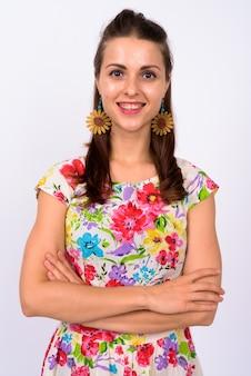 Retrato de mujer hermosa joven feliz sonriendo con los brazos cruzados