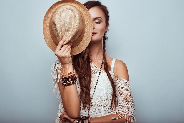 Retrato de mujer hermosa joven hippie