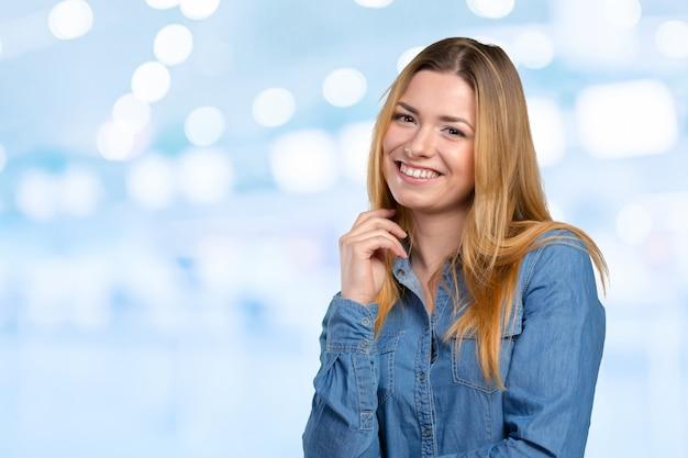 Retrato de mujer hermosa joven sonriente feliz