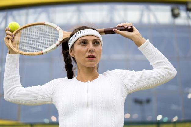 Retrato de mujer hermosa jugando tenis al aire libre