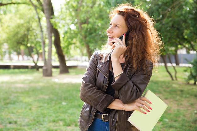 Retrato de mujer hermosa llamando amigo