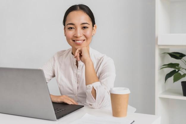 Retrato mujer hermosa en maqueta de oficina