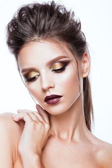 Retrato de mujer hermosa con maquillaje brillante