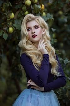 Retrato de mujer hermosa con maquillaje elegante