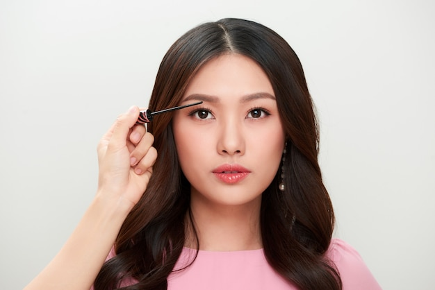 Retrato de mujer hermosa maquillaje con rimel.