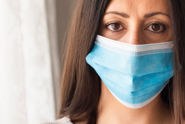 Retrato de mujer hermosa con máscara médica