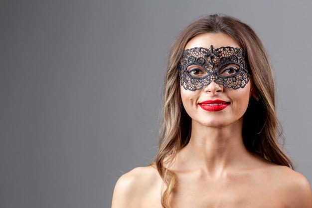 Retrato de mujer hermosa con máscara