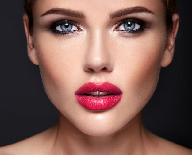 Retrato de mujer hermosa modelo con maquillaje de noche y peinado romántico.