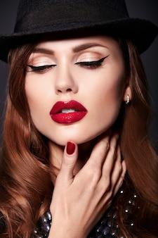 Retrato de mujer hermosa modelo con maquillaje y sombrero