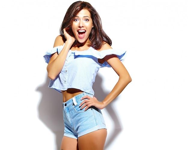 Retrato de mujer hermosa modelo en ropa casual de verano sin maquillaje en la pared blanca