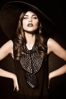 Retrato de mujer hermosa modelo con ropa vintage