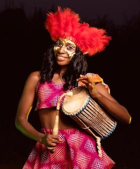 Retrato de mujer hermosa por la noche en el carnaval