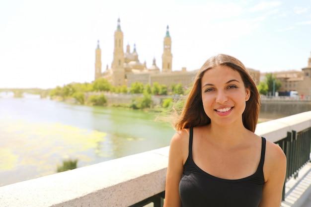 Retrato de mujer hermosa con paisaje emblemático de zaragoza, españa.