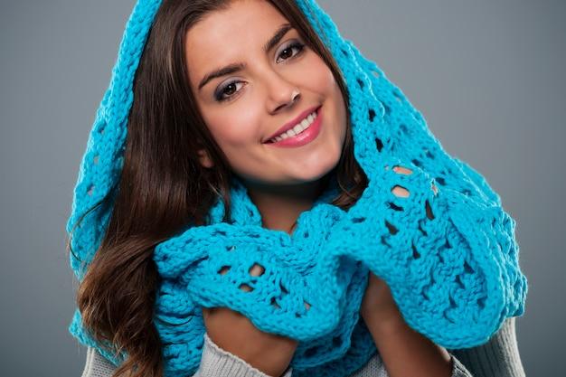 Retrato de mujer hermosa con pañuelo azul grande