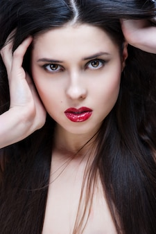 Retrato de mujer hermosa con peinado rizado