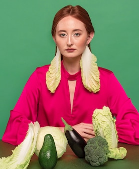 Retrato de mujer hermosa pelirroja con verduras