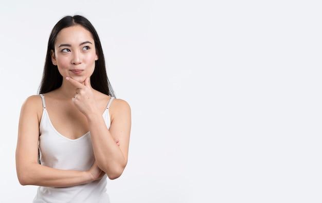 Retrato mujer hermosa pensando