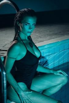 Retrato de mujer hermosa en la piscina