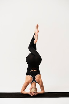 Retrato mujer hermosa posición de la cabeza