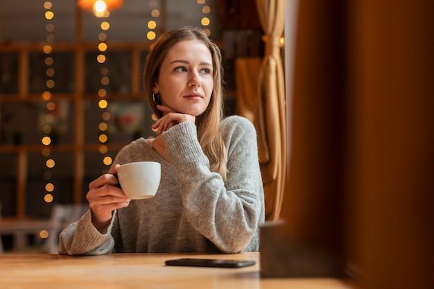 Retrato mujer hermosa en el restaurante