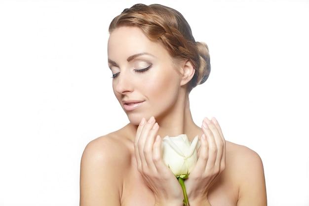 Retrato de mujer hermosa sensual con rosa roja pelo largo y rizado, maquillaje brillante