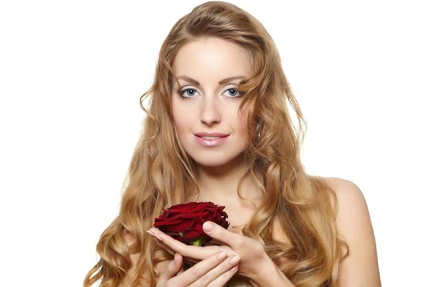 Retrato de mujer hermosa sensual con rosa roja sobre blanco