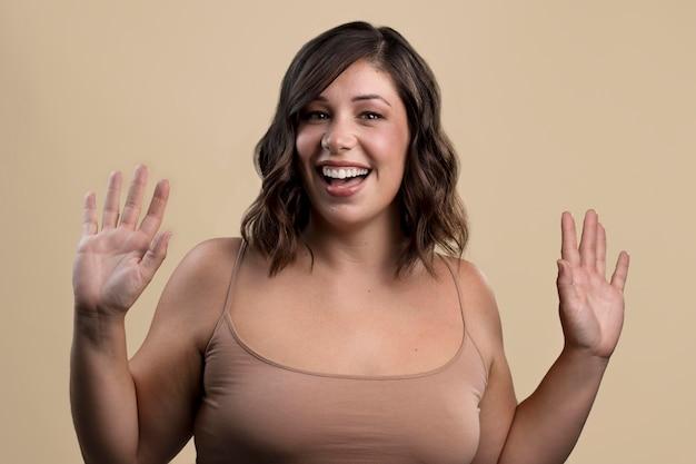 Retrato de mujer hermosa sonriente feliz