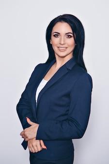 Retrato de una mujer hermosa sonriente en un traje de negocios