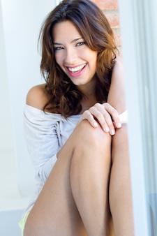 Retrato de mujer hermosa con sonrisa en casa