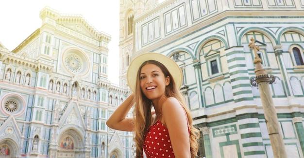 Retrato de mujer hermosa turista en florencia con la catedral y el baptisterio, italia