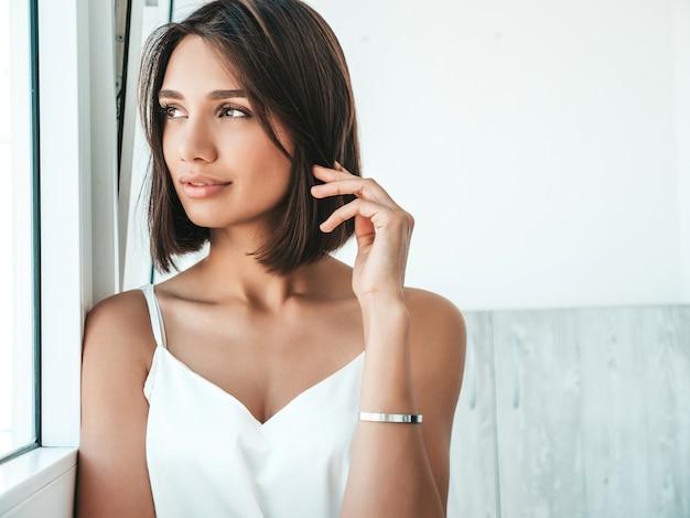 Retrato de mujer hermosa vestida con pijama blanco.