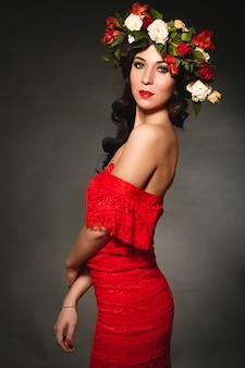 Retrato de la mujer ideal con una corona de flores en la cabeza