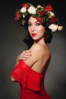 Retrato de la mujer ideal con una guirnalda de flores.