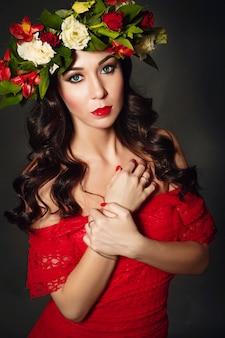 Retrato de la mujer ideal con guirnalda de flores.