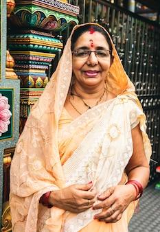 Retrato de mujer india en el templo