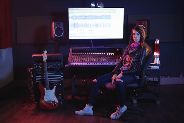 Retrato de mujer ingeniera de audio
