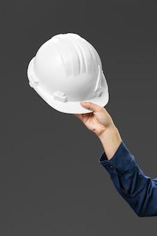 Retrato mujer ingeniera sosteniendo casco cerrar