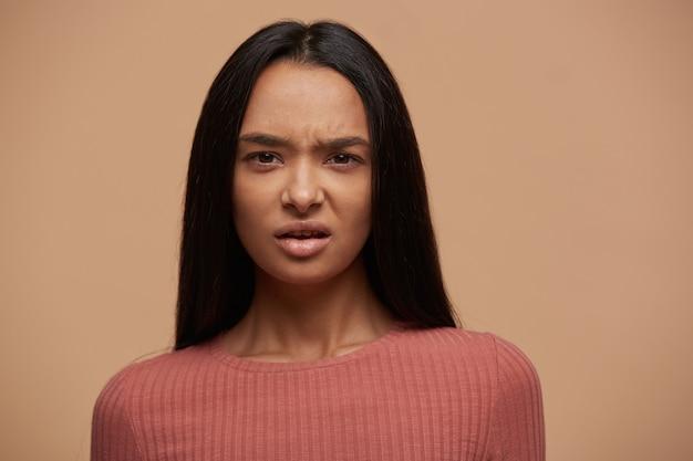 Retrato de una mujer insatisfecha molesta