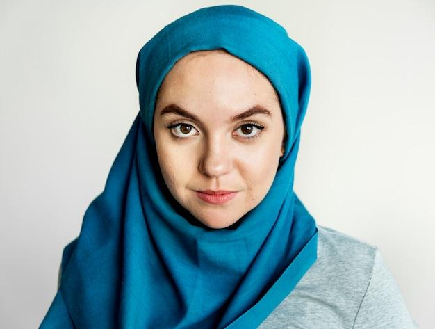 Retrato de mujer islámica mirando a cámara