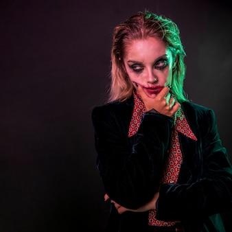Retrato de mujer de joker con cara de póker